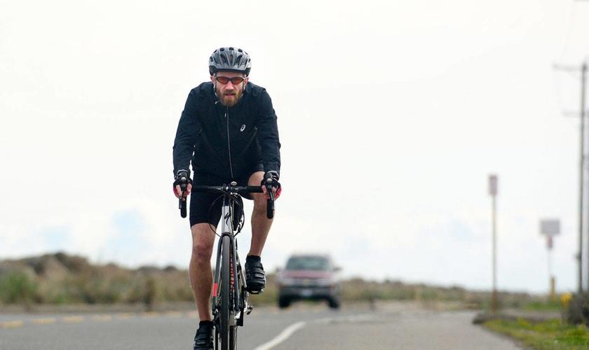 Joe DeScala irá usar uma bicicleta e um caiaque para rodar o estado de Washington em oração. (Foto: Jesse Major/Peninsula Daily News)