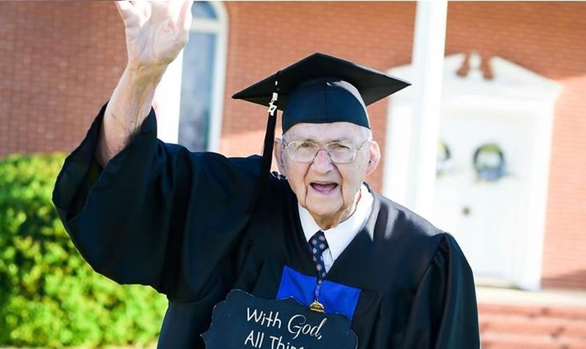 O pastor Horace Sheffield conquistou seu primeiro diploma aos 88 anos. (Foto: Reprodução/Facebook)