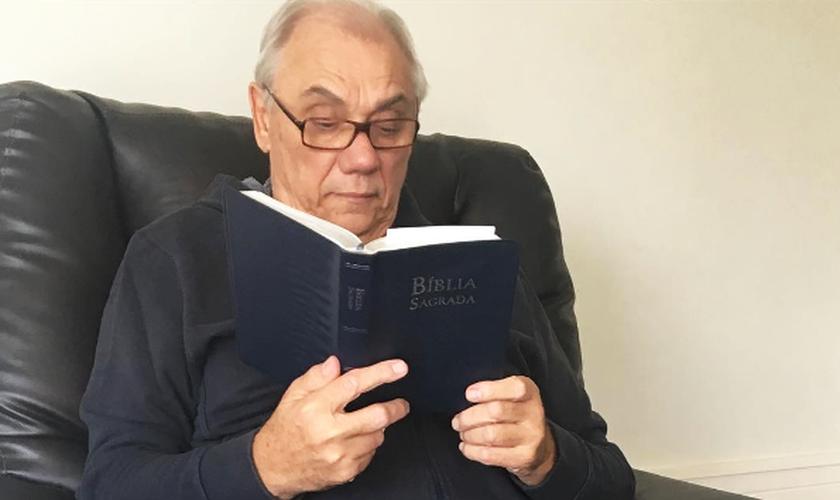 """""""Esta é a minha companheira de toda a vida"""", disse Marcelo segurando uma Bíblia. (Foto: Reprodução/Instagram)"""