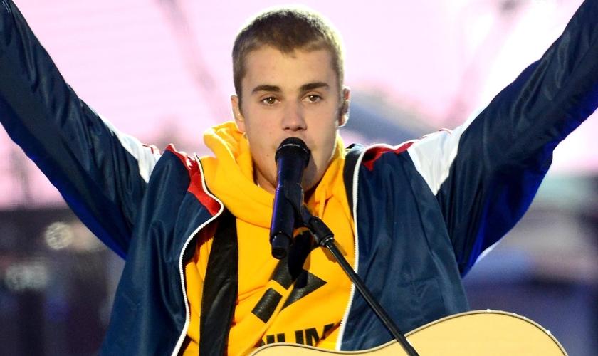 Justin Bieber se emocionou enquanto falava à multidão do show. (Foto: Dave Hogan/Getty Images)