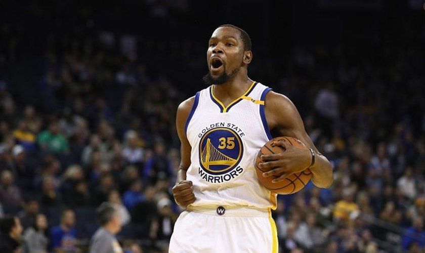 Kevin Durant atualmente joga na ala da equipe joga no Golden State Warriors. (Foto: Reprodução)