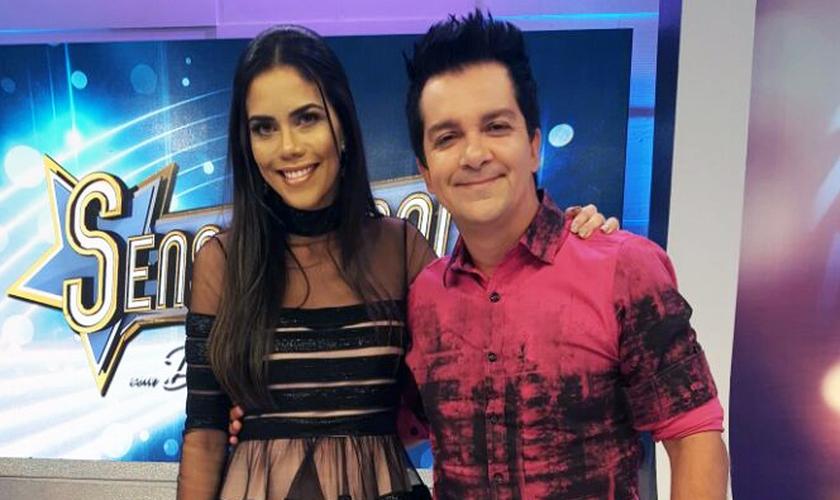 Cantor Regis Daneseao lado da apresentadora Daniela Albuquerque na RedeTV! (Foto: Divulgação/RedeTV!)
