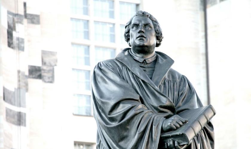 Estátua de Martinho Lutero em frente a Frauenkirche de Dresden, uma igreja Luterana na Alemanha. (Foto: Reprodução)