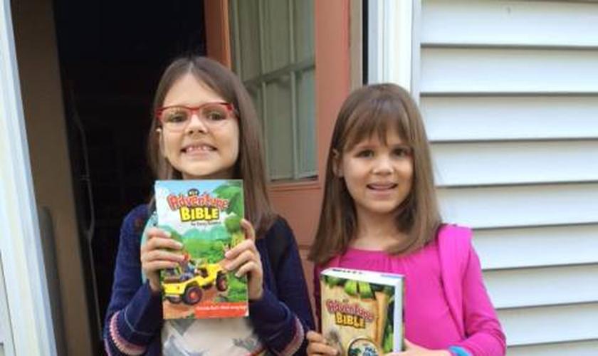 As irmãs Katy, de 8 anos e Bayla, de 7 anos, também levaram suas Bíblias para a escola. (Foto: Bring Your Bible to School)
