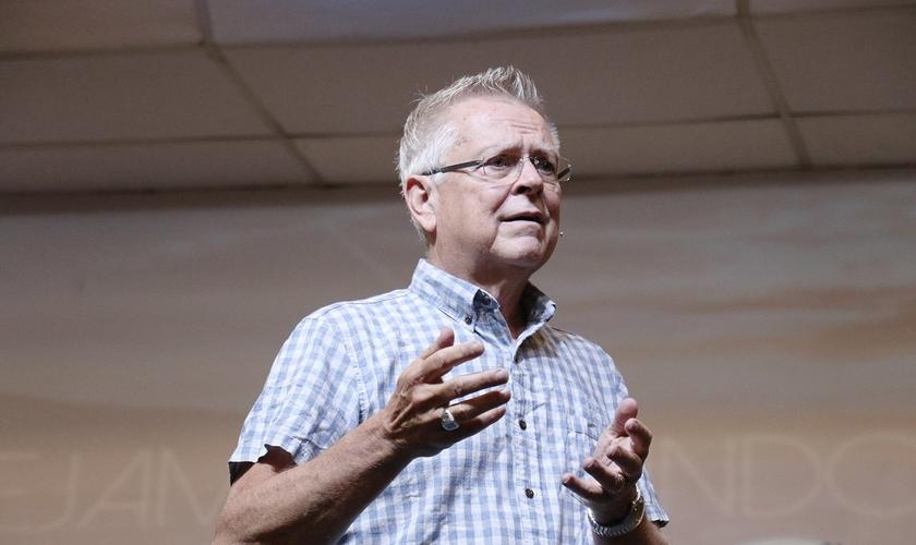 Randy Clark durante ministração na Igreja Apostólica Vida Nova, em São Paulo. (Foto: Guiame/Marcos Paulo Correa)