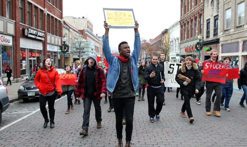 Protesto de estudantes de uma universidade em Ohio, nos Estados Unidos. (Foto: Daniel Rader)