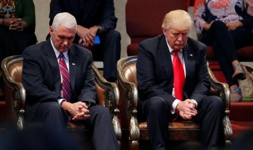 Donald Trump e Mike Pence em oração antes de se dirigirem aos pastores em Ohio, nos EUA. (Foto: Reuters/Jonathan Ernst)