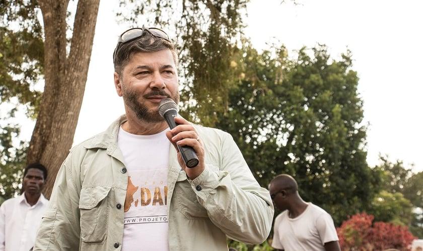 Pastor Joel Engel durante missão na África, através do Projeto Daniel. (Foto: Guiame/Marcos Paulo Correa)