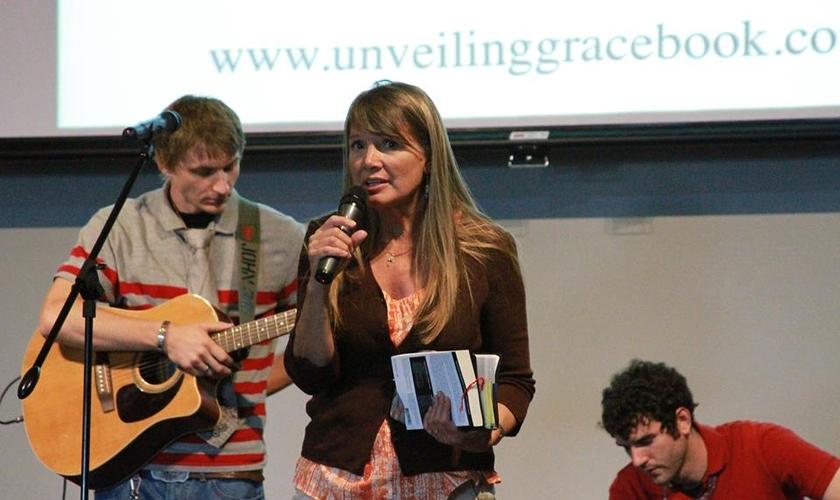 Hoje Lynn Wilder ajuda mórmons a encontrarem a essência de Cristo. (Foto: Reprodução/Facebook/Unveiling Grace Book)