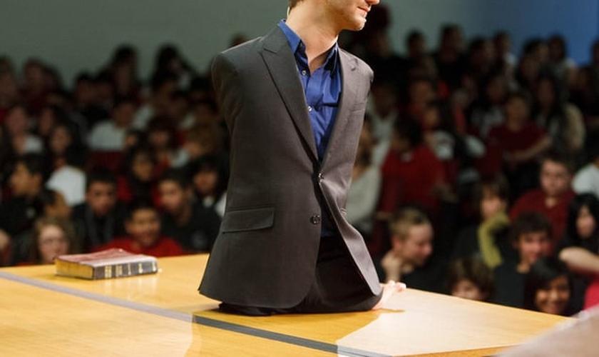 Nick Vujicic nasceu sem braços e sem pernas e tem inspirado milhões de pessoas com sua história de superação. (Foto: Reprodução)