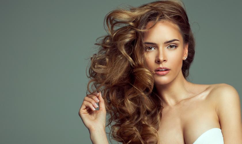 O uso de produtos a base de abacate é recomendável a todos os tipos de cabelos. (Foto: Reprodução)
