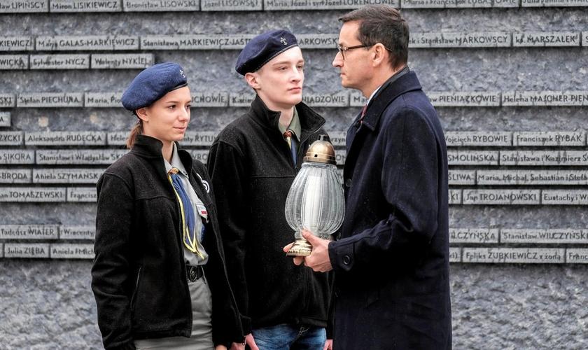 Primeiro-ministro da Polônia visita museu de poloneses que salvaram judeus durante a Segunda Guerra Mundial. (Foto: Agencja Gazeta/Patrick Ogorzalek/Reuters)