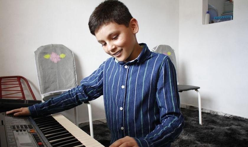 Mesmo cego, João Carlos aprendeu sozinho a tocar bateria, violão e teclado. (Foto: Reprodução/A Crítica)