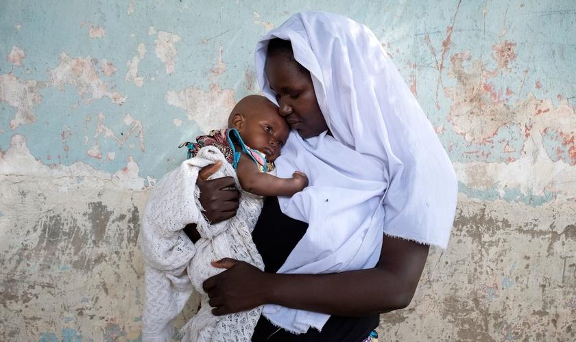 Imagem ilustrativa. Mulher que foi sequestrada pelo Boko Haram segura seu filho, fruto de um estupro. (Foto: Vlad Sokhin/Unicef)