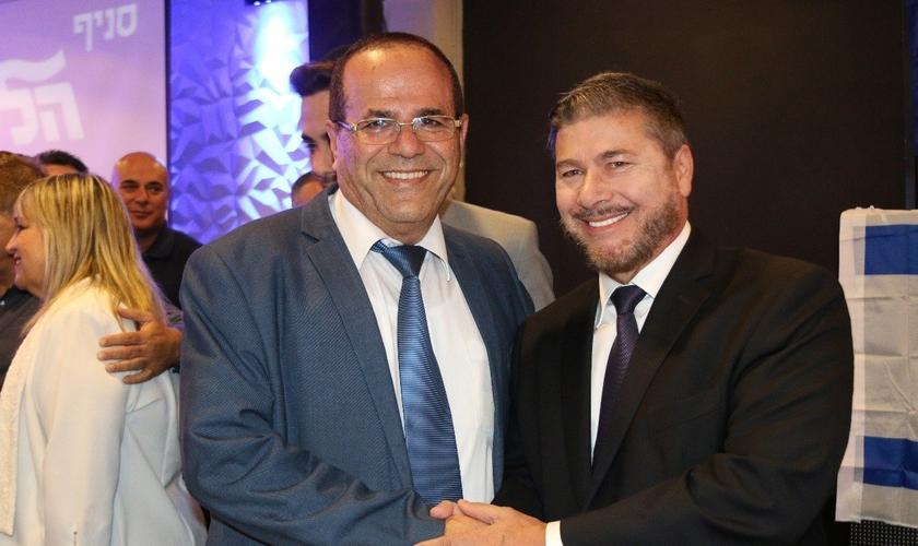 Ministro das Comunicações de Israel, Ayoub Kara, ao lado do conferencista e escritor Joel Engel. (Foto: Joel Engel)