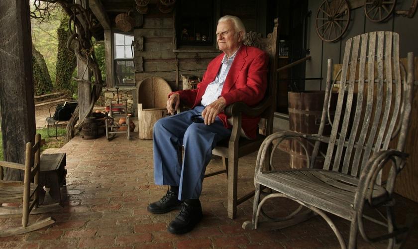 Billy Graham foi fotografado na varanda de sua cabana em Montreat, em maio de 2005. (Foto: Robert Deutsch/USA Today)
