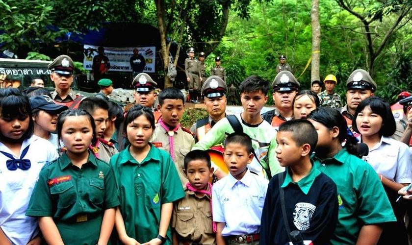 Amigos dos meninos cantando diante da caverna onde o time e seu treinador estão presos. (Foto: Xinhua/Rachen Sageamsak/IANS)