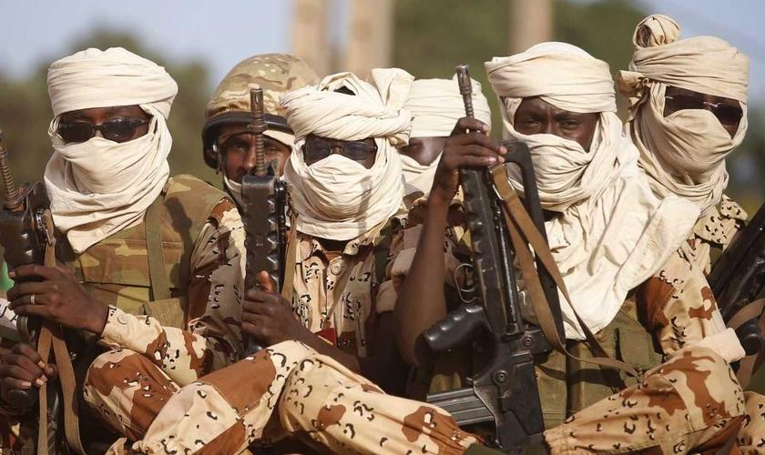 Soldados do Chade segurando suas armas em veículo em direção a Bangui. (Foto: Reuters/Goran Tomasevic)