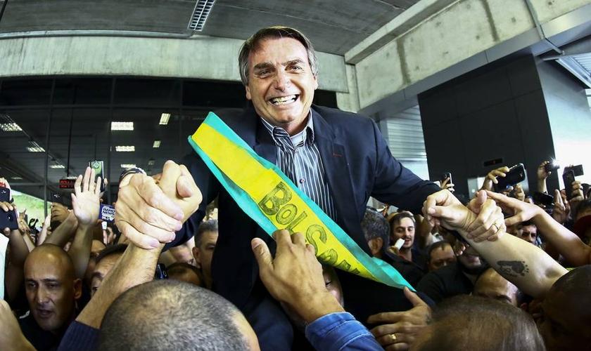 Jair Bolsonaro durante campanha eleitoral no aeroporto Afonso Pena, em Curitiba. (Foto: Heuler Andrey/AFP)