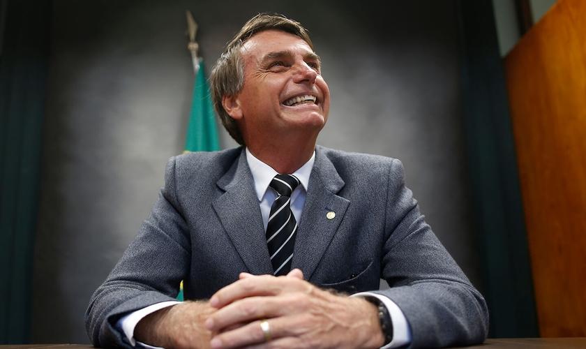 Jair Bolsonaro em seu gabinete na Câmara dos Deputados. (Foto: Igo Estrela/Estadão)