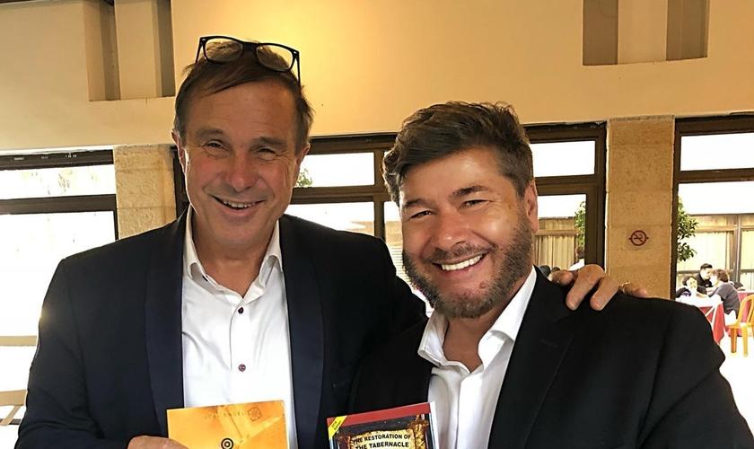 Pastor Tom Hess (à esquerda) firmou uma aliança com o ap. Joel Engel para que suas Casas de Oração 24/7 trabalhem em conjunto. (Foto: Ministério Engel)