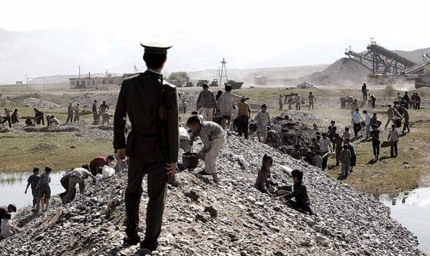 Cena do filme Keurosing, que mostra a realidade dos campos de trabalho forçado na Coreia do Norte. (Foto: Reprodução)