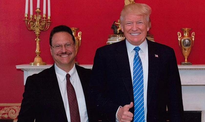 Pastor Mario Bramnick ao lado do presidente dos Estados Unidos, Donald Trump. (Foto: Reprodução)