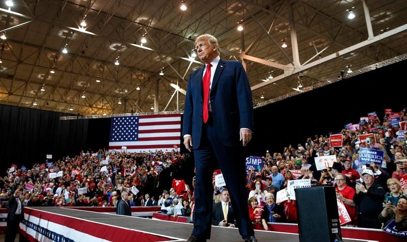 Donald Trump interrompeu o próprio discurso para pedir socorro a uma mulher que desmaiou em um de seus comícios. (Foto: Reprodução)
