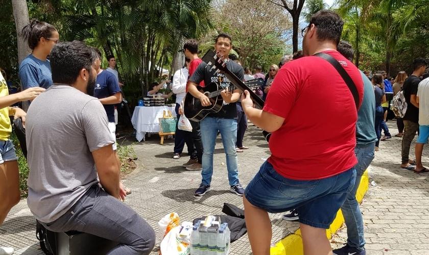 O grupo cantou ao som de dois violões e um cajon, em frente à Universidade de Fortaleza - Unifor. (Foto: Diego Barbosa/Diário do Nordeste)