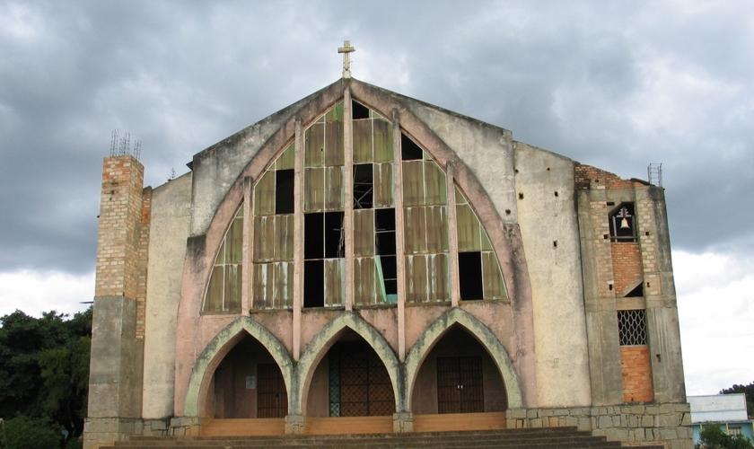 Milhares de igrejas foram fechadas em Angola, após o governo sancionar uma lei que faz exigências abusivas às denominações. (Foto: Africa Feeds)