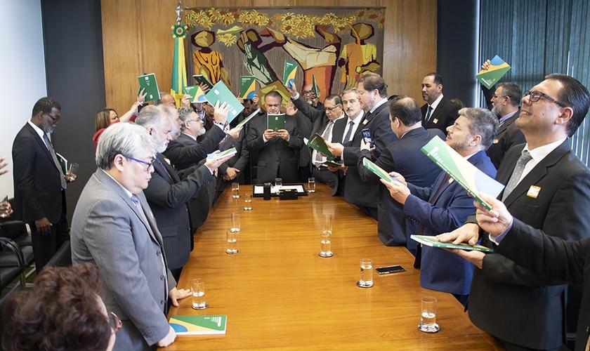 Líderes oraram por mudanças no Brasil na sala da presidência da Câmara dos Deputados. (Foto: Guiame/Marcos Paulo Corrêa)