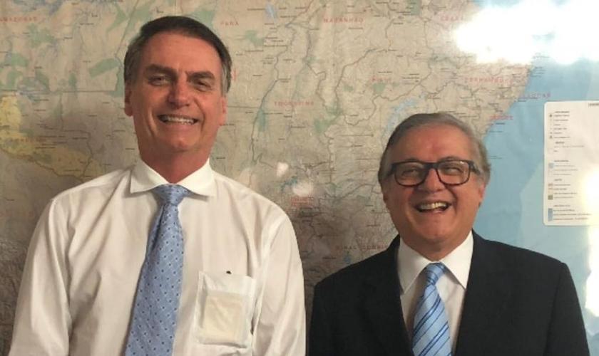 Presidente eleito Jair Bolsonaro ao lado do filósofo e professor Ricardo Vélez Rodríguez, escolhido ministro da Educação. (Foto: Divulgação)