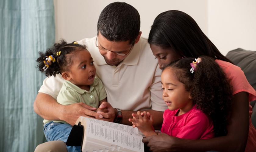 Deus está chamando os pais a assumirem um compromisso maior com Ele de ministrar a vida espiritual de seus filhos. (Foto: Getty)