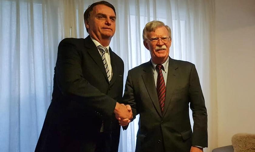 Presidente eleito Jair Bolsonaro ao lado de John Bolton, assessor da Casa Branca. (Foto: Jair Bolsonaro/Redes Sociais)