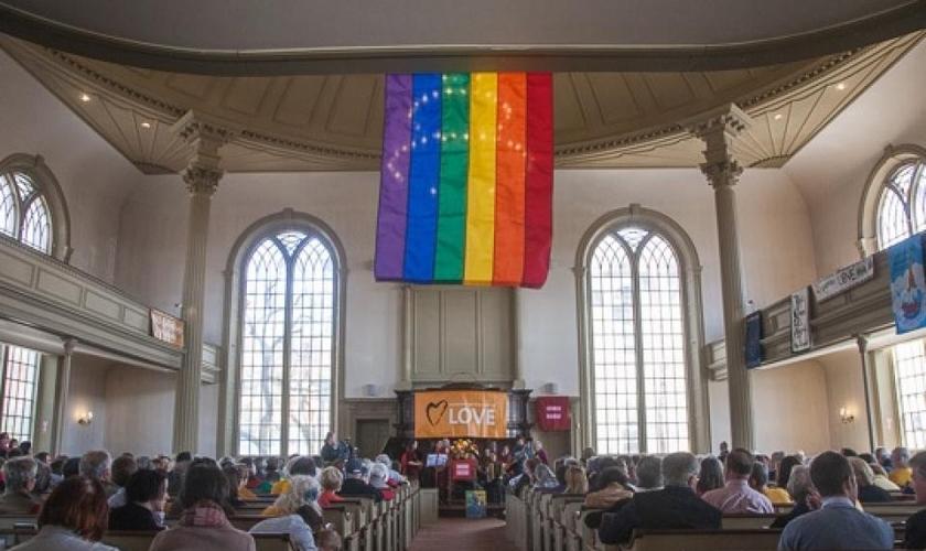 Bandeira LGBT estendida na Igreja Unitária da Providência, uma denominação classificada como inclusiva. (Foto: First Unitarian Church of Providence)