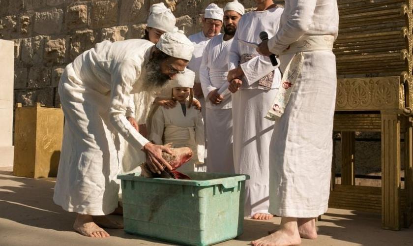 Ativistas para a reconstrução do Terceiro Templo realizam cerimônia sacerdotal (Foto: Olivier Fitoussi)