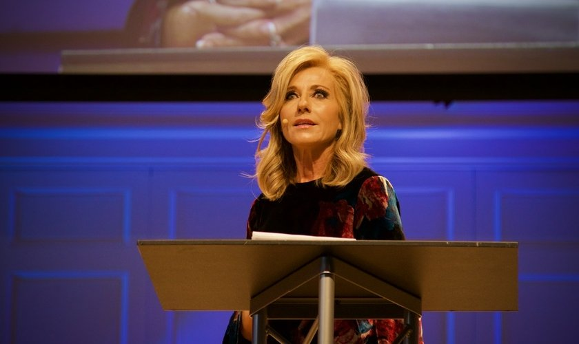Beth Moore em discurso na cúpula sobre abuso sexual no Wheaton College. (Foto: Brendan Jones)