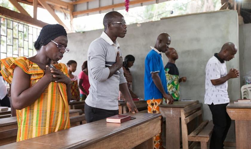 Cristãos africanos durante adoração na Igreja Metodista Unida da Nova Jerusalém em Abidjan, na Costa do Marfim. (Foto: UMNews)