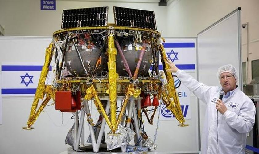 Apresentação da cápsula Gênesis (Beresheet) que levará símbolos nacionais de Israel e informações científicas e culturais à Lua. (Foto: Divulgação/SpaceIL)