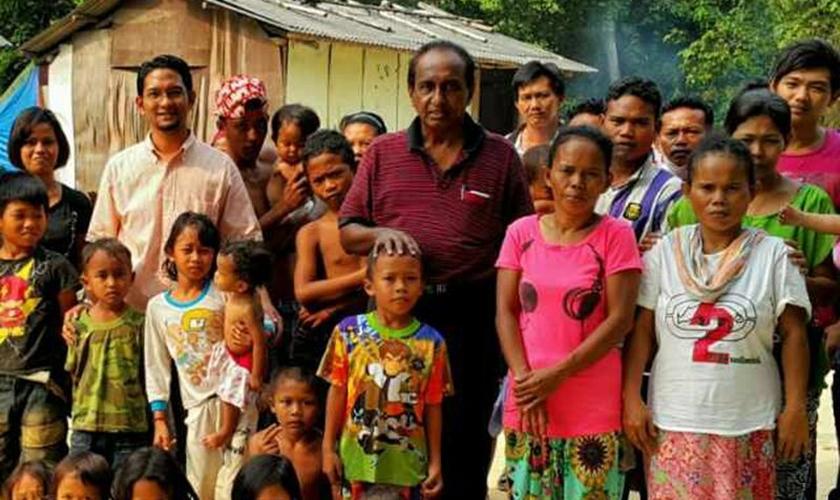 """Mark Mathew ao centro de camisa vermelha e os membros da """"igreja dos pobres"""" fundada por ele. (Foto: Reprodução/ Malaysia Today)"""