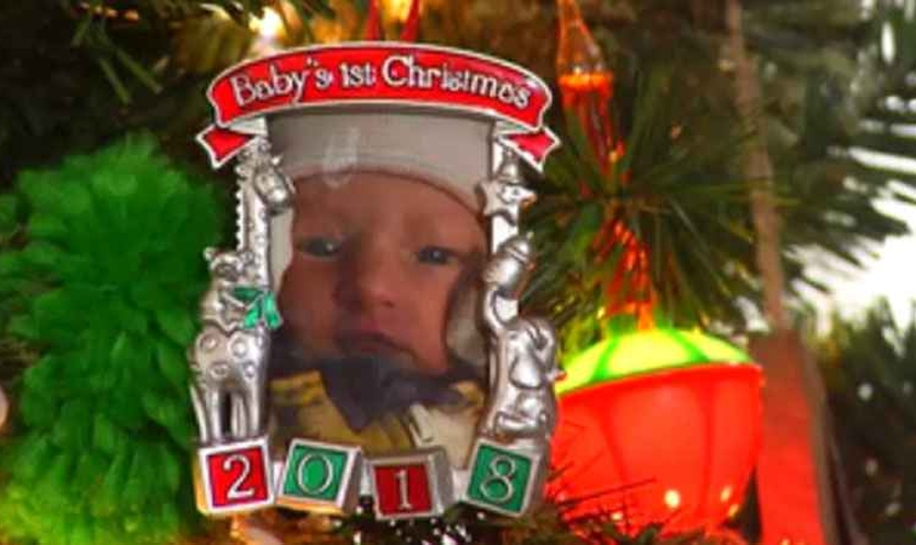 Cartão comemorativo do primeiro Natal de Lany Sorenson, de cinco meses, adotada pelo pastor Aaron Sorenson e sua esposa Kristen. (Foto: Reprodução/ABC News)