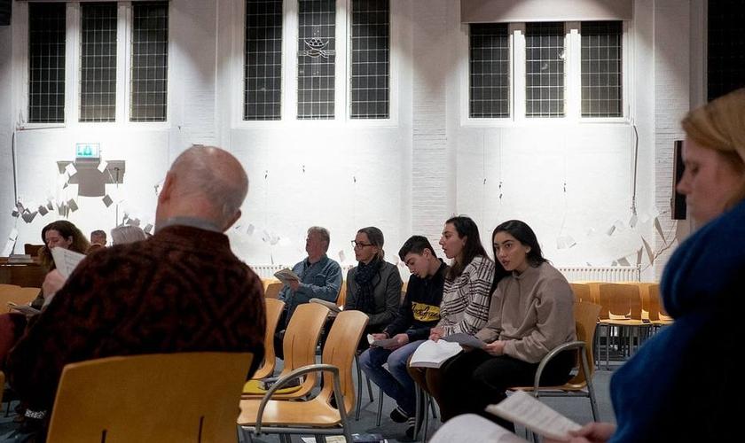 Igreja na Holanda recebe ajuda para manter cultos que impedem família armênia de ser deportada. (Foto: Dmitry Kostyukov/The New York Times)
