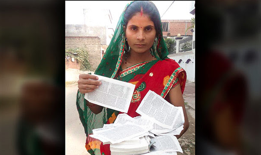 Poonam teve a Bíblia rasgada pelo marido, mas perseverou na leitura bíblica. (Foto: The Voice of the Martyrs)