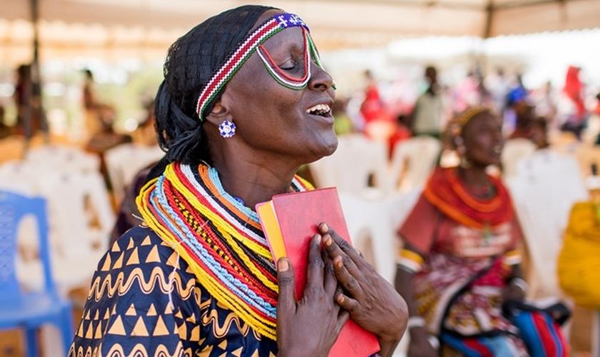 Extasiada, mulher Rendille coloca Novo Testamento traduzido para seu idioma perto do coração. (Foto: Esther Havens)