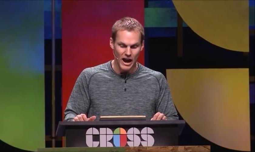 David Platt, pastor da igreja McLean Bible, durante pregação na Conferência Cross19, em Kentucky. (Foto: Reprodução/YouTube).