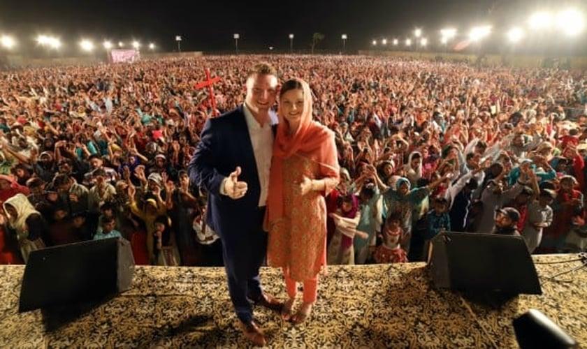Chris Mikkelson e sua esposa Amanda em uma de suas cruzadas no Oriente Médio. (Foto: Ministério Chris Mikkelson)