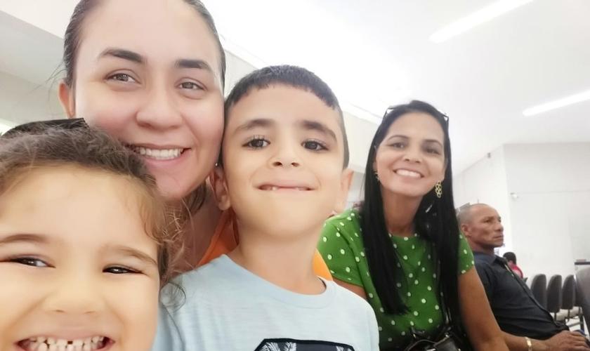 Família reunida na igreja para testemunhar o milagre na vida de Renan e Giovana. (Foto: Arquivo Pessoal/Thayane Maia)