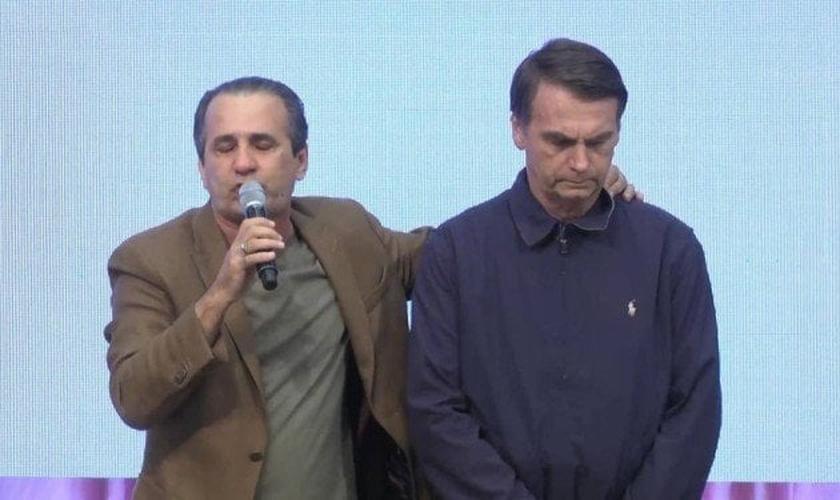 Jair Bolsonaro recebe oração e apoio de Silas Malafaia durante campanha eleitoral. (Foto: Reprodução/YouTube)