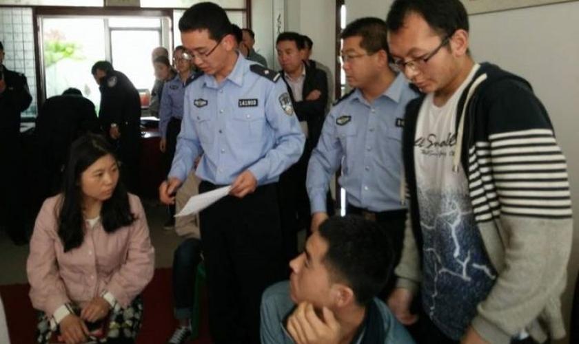 Polícia chinesa detém cristãos. (Foto: China Aid)