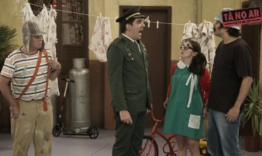 """Na esquete, Adnet imita """"o capitão"""", com referências a Jair Bolsonaro chegando à Vila do Chaves. (Imagem: Gshow)"""